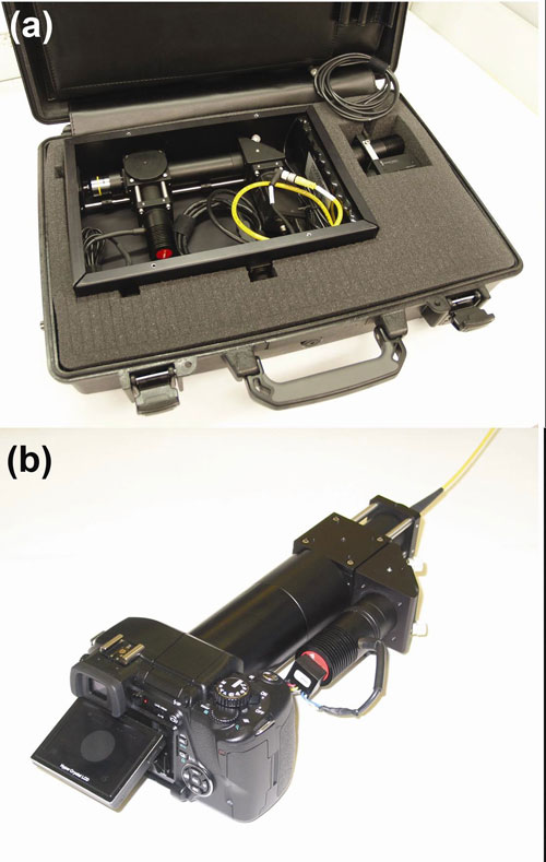 (a) Microendoscopio de fibra óptica que funciona con baterías, metido dentro de un maletín de tamaño estándar, utiliza una cámara CCD y una computadora para capturar y mostrar las imágenes; (b) el microendoscopio de fibra óptica de bajo costo incorpora una cámara digital SLR estándar para capturar y mostrar imágenes.