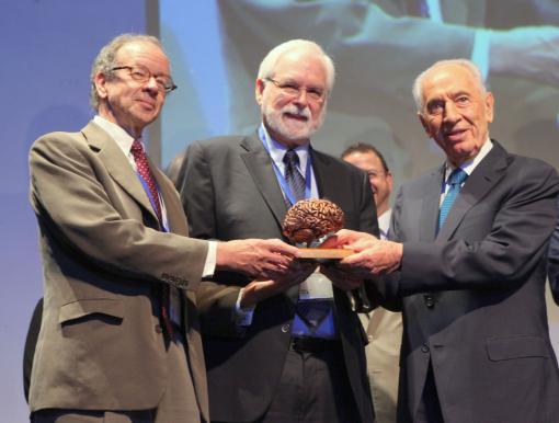 Arto Nurmikko and John Donoghue receive the B.R.A.I.N. Prize from Israeli President Shimon Peres.