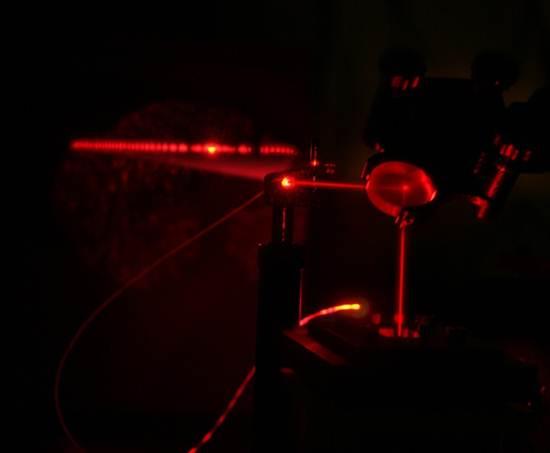 Un láser rojo rebotando de un espejo
