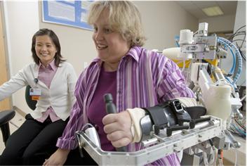 Mujer sentada en una silla de ruedas con dispositivos de asistencia