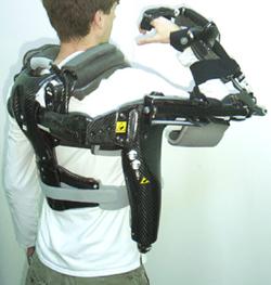 Foto de un hombre con un exoesqueleto robótico