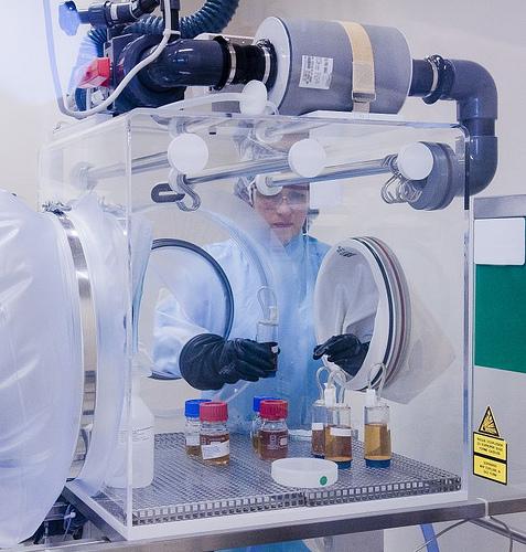 Un trabajador esteriliza equipo en un aislador