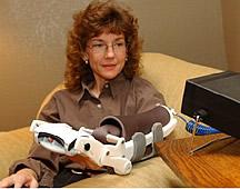 Un robot (The Hand Mentor) ayuda a las personas a mejorar la función de sus manos después de un ataque de apoplejía. Foto cortesía de Kinetic Muscles, Inc., de Tempe, Arizona.