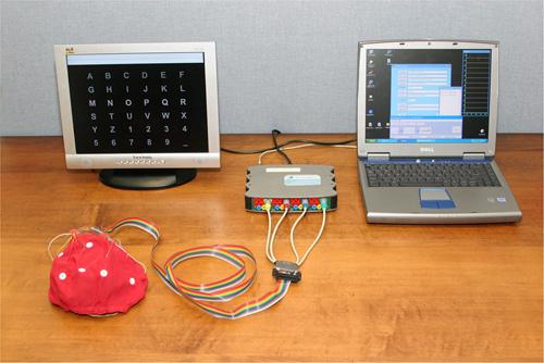 Una computadora portátil y un gorro renovado mejoran el transporte del BCI de Wadsworth y facilitan su uso. Cortesía del proyecto BCI de Wadsworth.